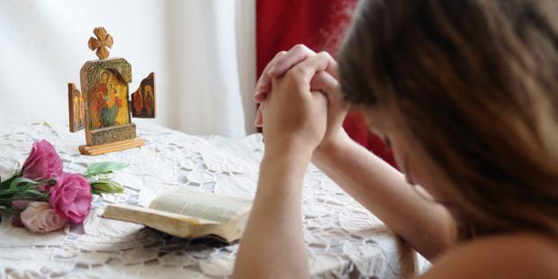 4-web3-young-girl-praying-at-home-france-ciric_206856