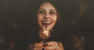 8-web3-girl-smile-happy-stars-new-year-allef-vinicius-unsplash