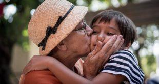 1-web3-grandma-kiss-family-shutterstock_1199276944-zurijeta-ai