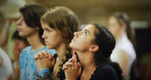 4-Moças rezando